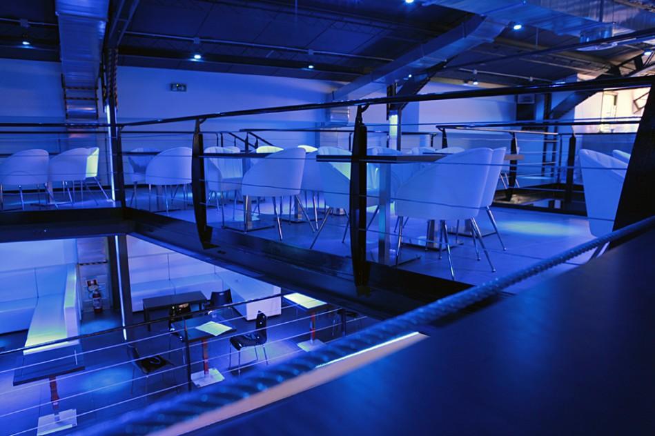 Interni della discoteca fotografata nel piano superiore.