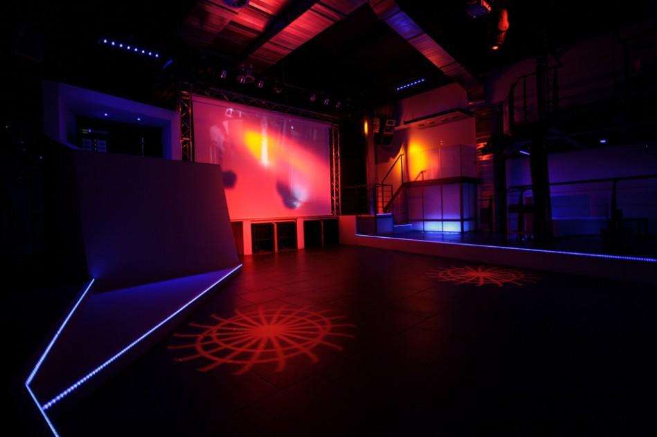 Interno discoteca: veduta verso il palco e dimostrazione dell'illuminazione a led