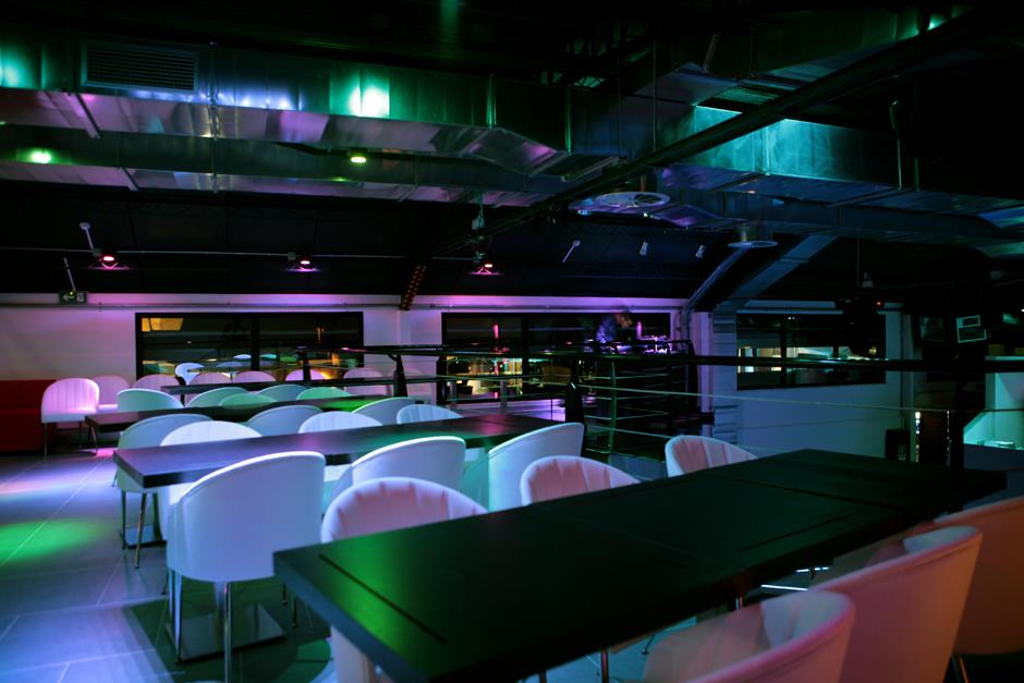 Interni discoteca fotografata nel piano superiore in zona tavoli.